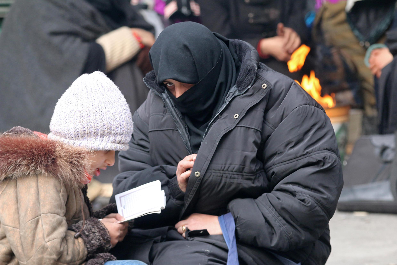 Một em nhỏ và mẹ đang chờ tới lượt sơ tán khỏi khu vực đông Aleppo, ngày 17/12/2016.