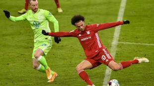 El extremo del Bayern Múnich Leroy Sane prepara un remate sobre la portería del Wolfsburgo, en partido de la Bundesliga jugado el 16 de diciembre de 2020 en Múnich