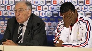 Jean-Pierre Escalettes (L) and the captain of the French team, Patrice Evra, in South Africa