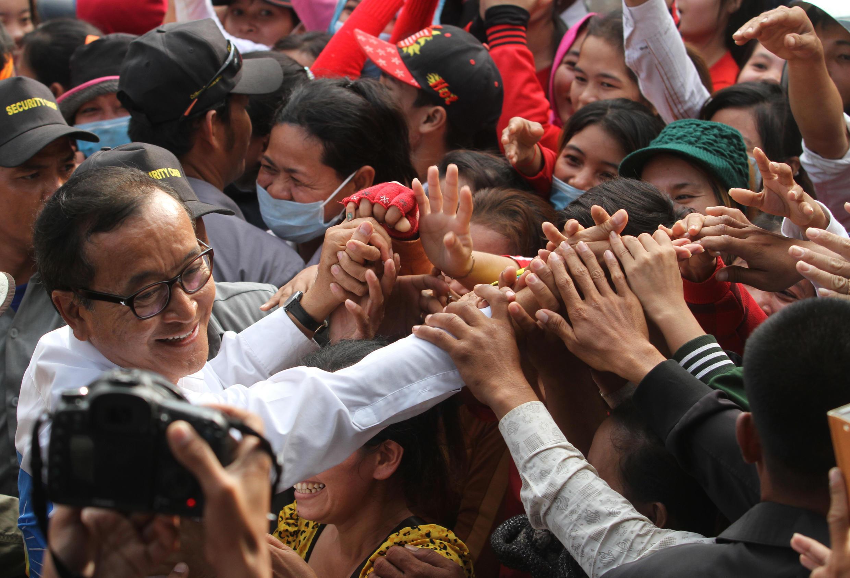 Pour Sam Rainsy (g.), dirigeant du principal parti d'opposition, la manifestation de ce dimanche 29 décembre est un véritable test.