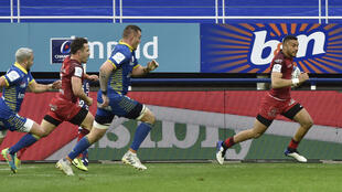 Le Toulousain Matthis Lebel (d) lors du quart de finale de Coupe d'Europe de rugby contre Clermont, le 11 avril 2021 au stade Michelin
