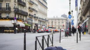 Les bouches d'aération du métro parisien sont une des rares sources de chaleur par grand froid, Paris le 16 janvier 2017.