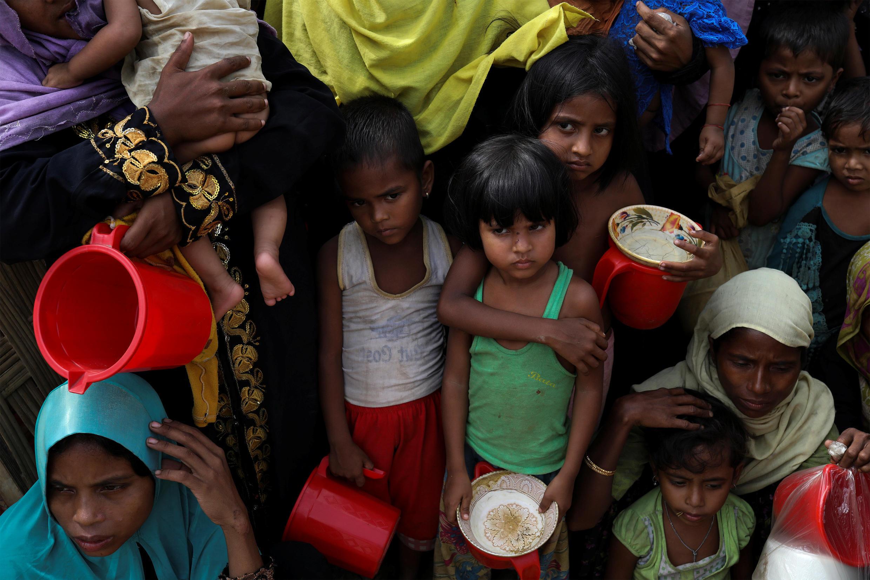 Baadhi ya watoto na wazazi wao jamii wa Rohingya wakiwa nchini Bangladesh