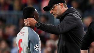 Le Guinéen Naby Keita et son entraîneur à Liverpool, Jürgen Klopp, le 1er mai 2019, en demi-finale aller de la Ligue des champions, face à Barcelone.