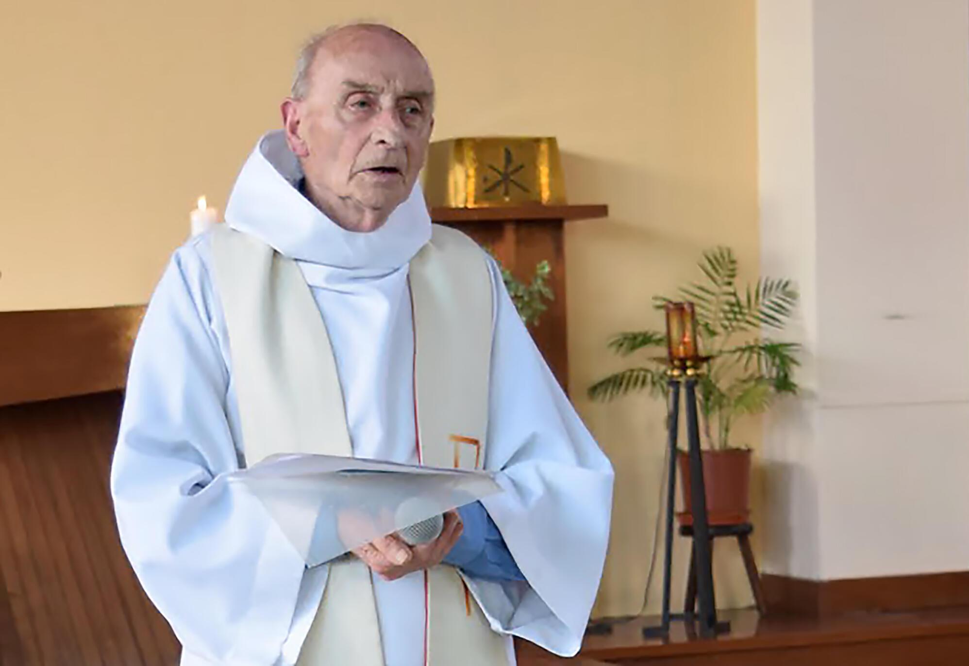 """""""ژاک هامل Jacques Hamel  """" کشیش ٨٤ سالۀ فرانسوی در کلیسای شهر """"سنت اِتیِین دو روورِه  Saint-Etienne-du-Rouvray  """"، که امروز سهشنبه ٢٦ ژوئیه، توسط مهاجمان وابسته به داعش سر بریده شد."""