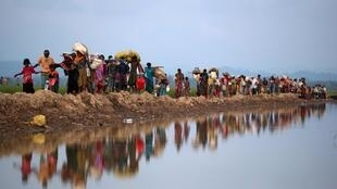 Milhares de rohingyas já fugiram de Mianmar para Bangladesh.