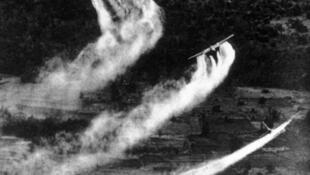 Máy bay Mỹ rải chất da cam trong thời gian chiến tranh Việt Nam.