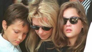 France Gall bên hai con Raphael và Pauline nhân tang lễ Michel Berger 16/08/1992