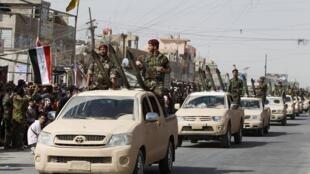 """رژه نیروهای """"سرایا السلام"""" یا """"گردان صلح""""، به فراخوان مقتدا صدر، در شهرک """"صدر"""" بغداد."""
