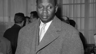 Mamadou Dia, Premier ministre sénégalais, pose le 13 juin 1959 au Palais d'Iéna à Paris, lors de la signature d'une convention entre la France et le Sénégal, concernant le statut des Français employés au Sénégal.