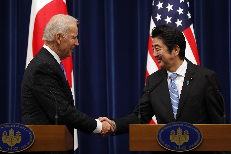 Phó Tổng thống Joe Biden (trái) và Thủ tướng Nhật Shinzo Abe trước cuộc họp báo tại phủ Thủ tướng, Tokyo, 03/12/2013.
