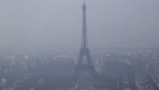 La Torre Eiffel un día de contaminación atmosférica