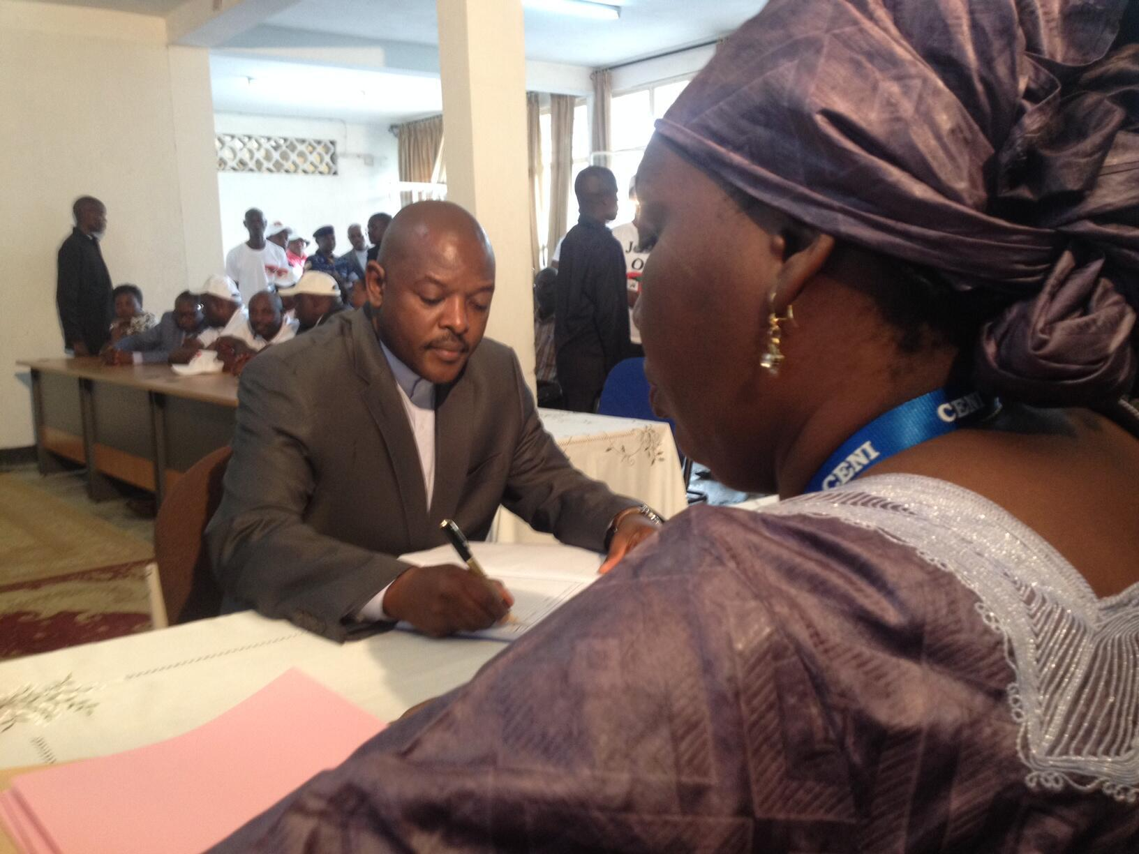 Le président Pierre Nkurunziza lors du dépôt de son dossier à la Commission nationale électorale indépendante (Céni) pour la présidentielle, le 8 mai 2015.