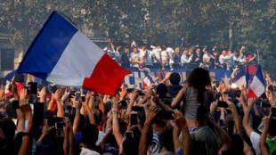 时隔20年,法国足球队再捧金杯