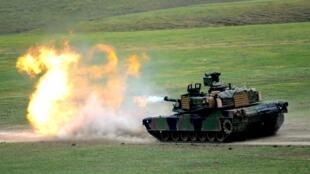 Xe tăng Mỹ M1A2 Abrams nổ súng trong cuộc tập trận Noble Partner 2016, tại Vaziani, ngoại ô Tbilisi, Gruzia, ngày 18/05/2016