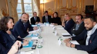 Thủ tướng Pháp (thứ 2, trái) trong cuộc thương lượng với đâị diện các công đoàn về dự án cải cách hưu bổng.