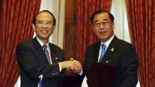 Les représentants du Japon, Mitsuo Ohashi, et de Taiwan, Liao Liao-yi, le 10 avril 2013 à Taipei.
