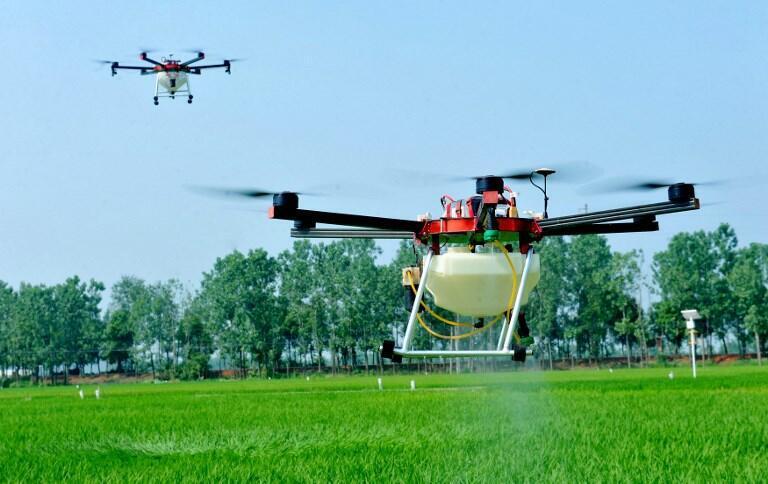 Il existe aussi des drones «pulvérisateurs» permettant de traiter les plantations plus rapidement et à termes, plus économiquement.