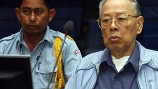 L'ex-ministre des Affaires étrangères du régime de Pol Pot, Ieng Sary (à droite), le 2 avril 2009.