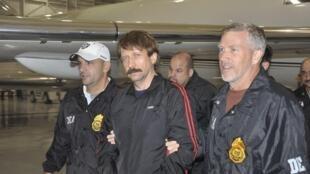 Виктор Бут под эскортом американских полицейских по прибытии в Нью-Йорк 17.11.2010