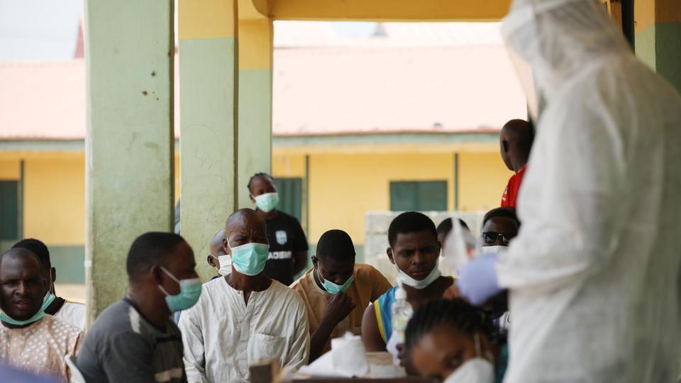 Wasu 'yan Najeriya a Abuja yayin jiran yi musu gwajin cutar coronavirus.