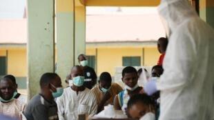 Wasu 'yan Najeriya yayin jiran yi musu gwajin cutar coronavirus a Abuja.  15/4/2020.