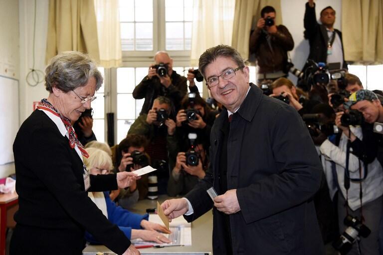 """ژان-لوک ملانشون، نامزد """"فرانسه نافرمان"""" در پاریس رأی خود را به صندوق انداخت."""