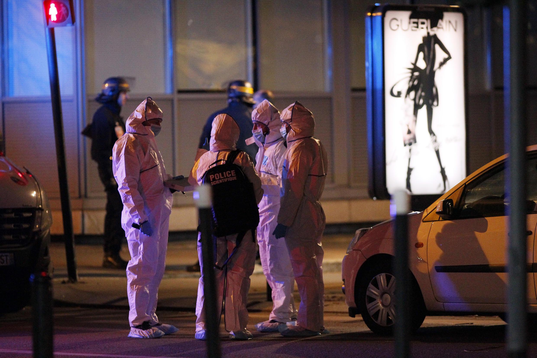Des experts de la police scientifique sur le site d'une des attaques aux alentours du Stade de France, le 14 novembre 2015.