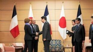 Bộ trưởng Quân Lực Pháp Florence Parly và ngoại trưởng Jean-Yves Le Drian chào đón ngoại trưởng Nhật Taro Konvà bộ trưởng Quốc Phòng Takeshi Iwaya tại Brest.