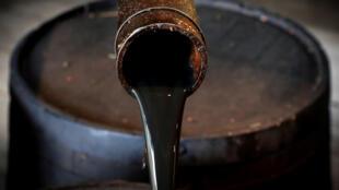 Du pétrole sort du puits historique d'Edwin Drake à Titusville (États-Unis). (Image d'illustration).