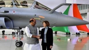 (.资料图片)印度国防部长 Rajnath Singh(左)于法国国防部长佛罗伦萨·帕里 在达索公司参观,2019年10月