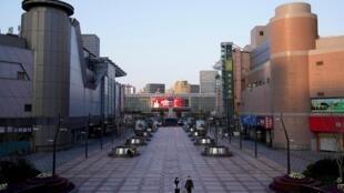 2月4日,上海一条商业街,凄清空旷,罕见。