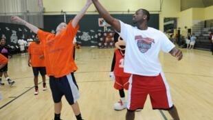 La ex estrella de los Miami Heat de la NBA Dwayne Wade durante una práctica con jóvenes en el complejo ESPN Wide World of Sports en 2010.