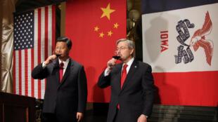 Thống đốc bang Iowa, Terry Branstad (phải) tiếp ông Tập Cận Bình  khi còn là phó chủ tịch Trung Quốc đến thăm Iowa ngày 15/12/2012.