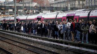 Cảnh tại nhà ga Saint-Lazare, Paris, trong ngày đình công ngành hỏa xa Pháp. Ảnh 3/4/2018.