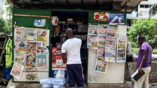 Un kiosque à journaux dans le quartier de Cocody, à Abidjan.