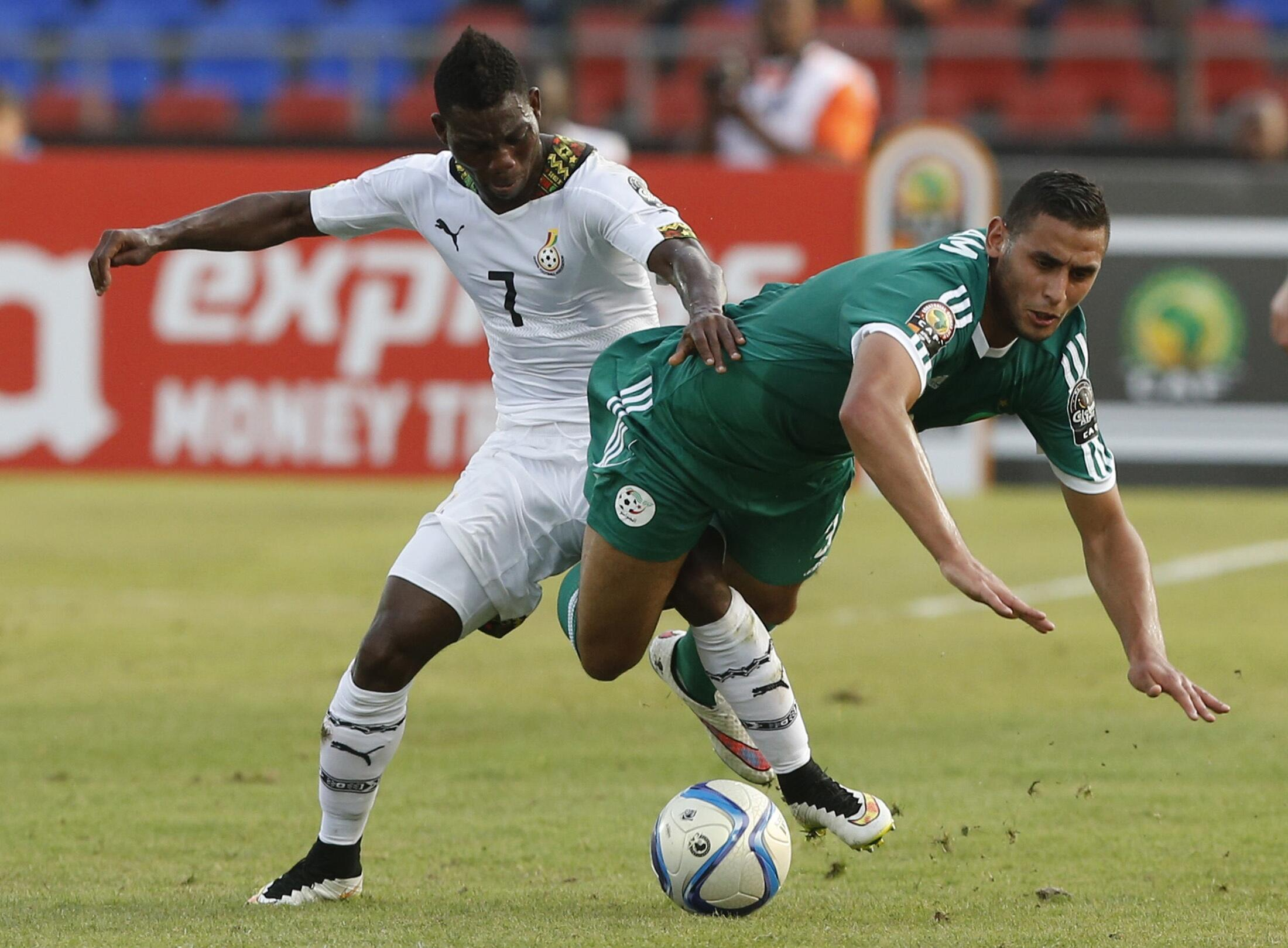 Ghana's Christian Atsu challenges Algeria's Faouzi Ghoulam during their match in Mongomo on 23 January, 2015