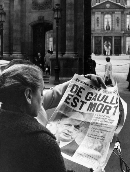 Una parisina delante del Palacio del Elíseo lee la noticia de la muerte de De Gaulle en el diario.
