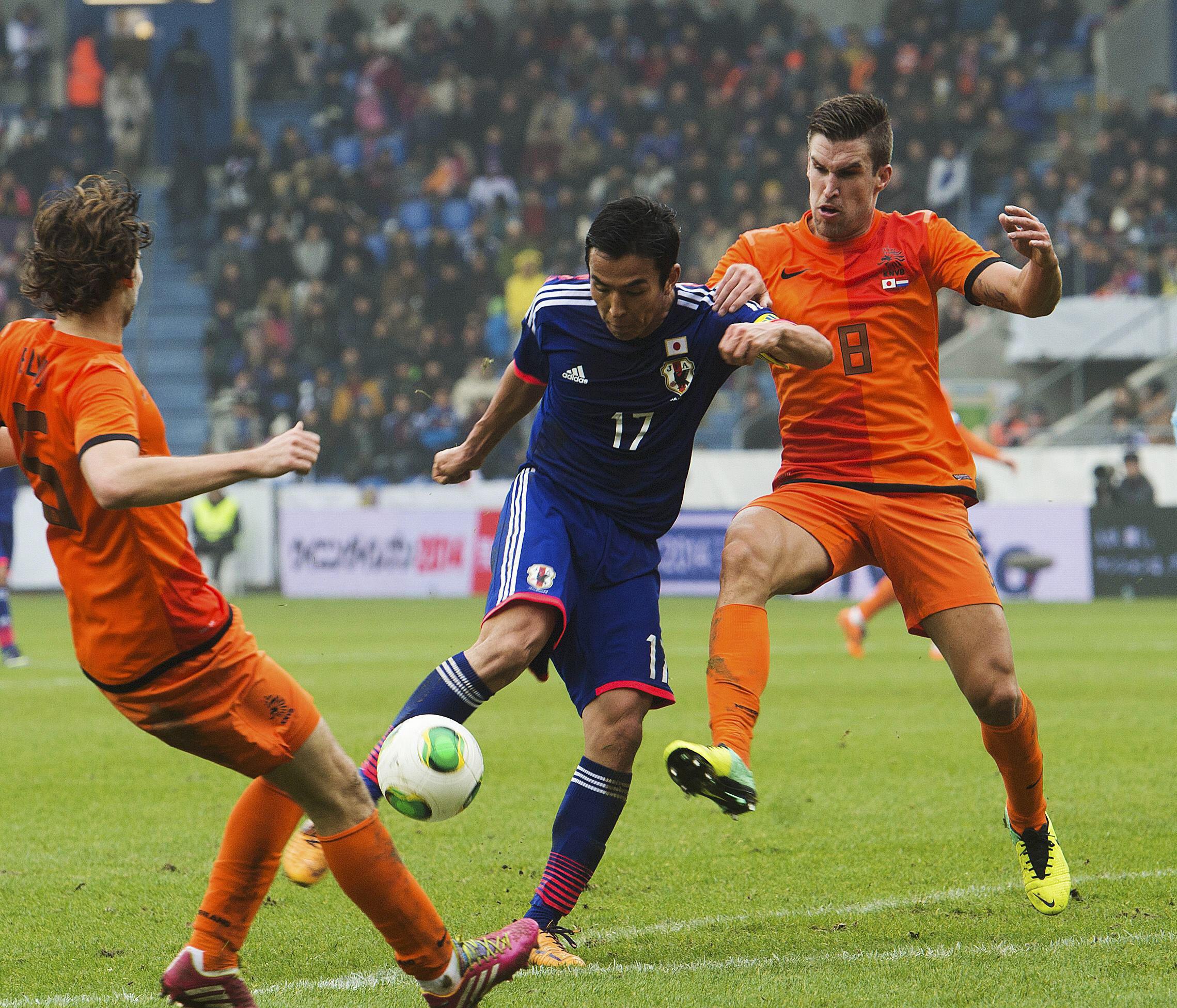 Đội tuyển Nhật Bản có thể chơi ngang ngửa với các đội bóng lớn của thế giới. Ảnh: Cầu thủ Nhật Makoto Hasebe ghi bàn trong trận giao hữu với đội Hà Lan ngày 16/11/2013.