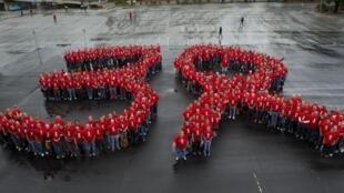 Manifetação em Los Angeles marca os 30 anos de descoberta dos primeiros casos do vírus da Aids.