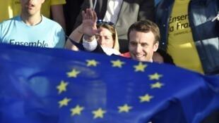 Emmanuel Macron detrás de una bandera europea, el 4 de mayo en Albi, sureste de Francia.