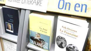 Tiểu sử La Fontaine của tác giả E. Orsenna trong 1 hiệu sách ở Brest