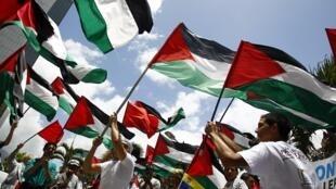 De nombreux rassemblements se sont tenus dans le monde entier pour saluer la demande du président palestinien Abbas auprès de l'ONU. Ici devant le siège des Nations unies à Caracas, au Venezuela.
