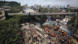 As equipes de resgate buscam sobreviventes nos escombros do prédio que desabou nesta sexta-feira, 27 de setembro de 2013.