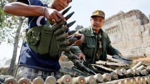 在与泰国军队短暂交火后,柬埔寨士兵补充弹药。 (05/02/2011)