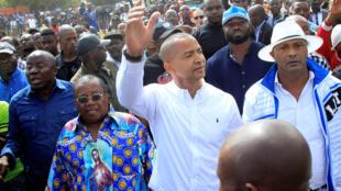 L'opposant Moïse Katumbi, dans une foule de partisans, avant de se présenter devant le procureur, le 9 mai 2016, à Lubumbashi, dans le cadre d'une enquête sur une affaire de mercenaires américains.