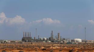 Le pétrole est l'unique source de revenus en Libye et elle ne produit plus que 200 000 barils de brut par jour. Ici le complexe pétrolier de Ras Lanouf.