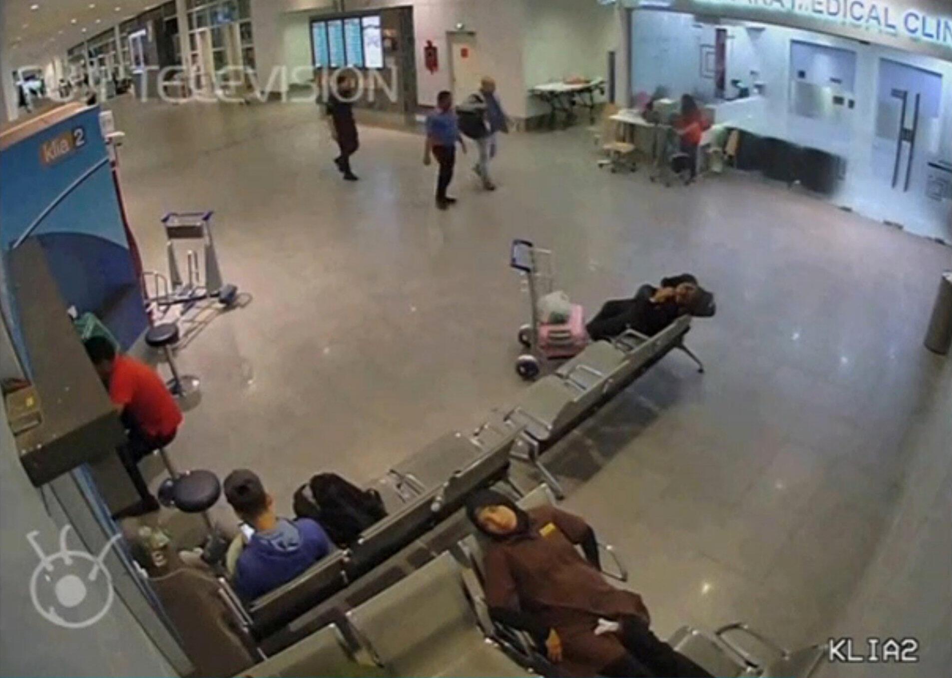 Ảnh camera sân bay Kuala Lumpur: Kim Jong Nam (P) được các nhân viên an ninh tháp tùng đến trạm y tế sân bay, sau khi bị bôi chất độc lên mặt, 13/02/2017.
