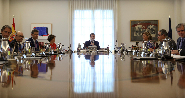Mariano Rajoy, no centro da imagem, durante reunião especial para discutir o referendo sobre a independência da Catalunha.