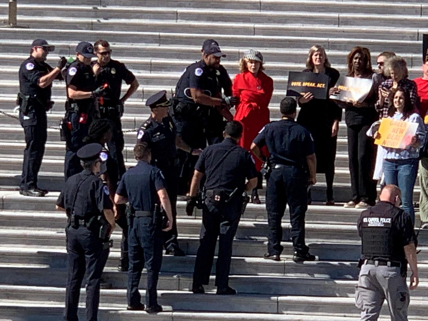 81歲的美國影星簡·方達因參與滅絕反抗運動而被警察戴上手銬拘押,2019年10月11日。